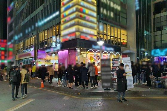 ソウル江南(カンナム)のクラブの前で客14人が入店を待っている。パク・ヒョンジュ記者