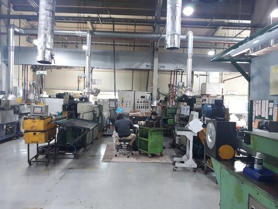 京畿道安城にある自動車部品メーカーK社の燃料タンクパイプ生産工場。生産ラインが止まった現場でこの日出勤した従業員が部品清掃作業をしている。キム・ヨンジュ記者