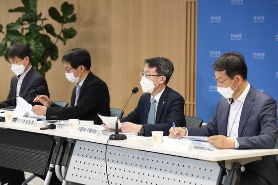 28日午後に韓国銀行で経済見通し説明会が行われた。左からチェ・チャンホ物価動向チーム長、イ・ジホ調査総括チーム長、イ・ファンソク副総裁補、コン・チョル動向分析チーム長。[写真 韓国銀行]