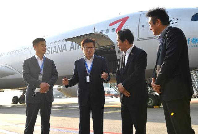 韓国貿易協会の金栄柱(キム・ヨンジュ)会長(左から2人目)が4月29日、中国重慶とインドネシア・ジャカルタに特別チャーター機を投入することに先立ち、成允模(ソン・ユンモ)産業通商資源部長官(左から3人目)らと意見を交換している。