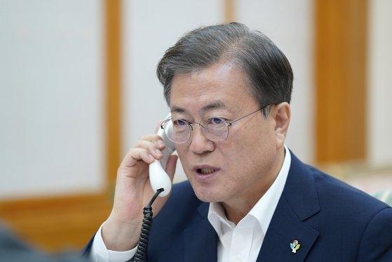 韓国の文在寅大統領が1日、青瓦台官邸で米国のドナルド・トランプ大統領と電話会談を行っている。[写真 青瓦台]