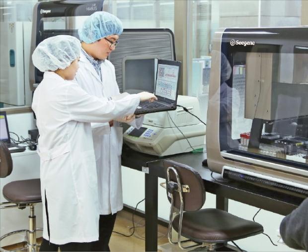 シージェンの研究員がソウル本社研究所で検査キットの新製品をテストしている。[写真 韓経DB]