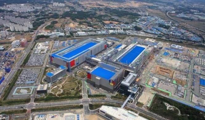 サムスン電子は先月の平沢(ピョンテク)のファウンドリー(半導体委託生産)への10兆ウォンの投資に続き1日にはNAND型フラッシュ半導体に7兆~9兆ウォンを追加で投資する計画を出した。