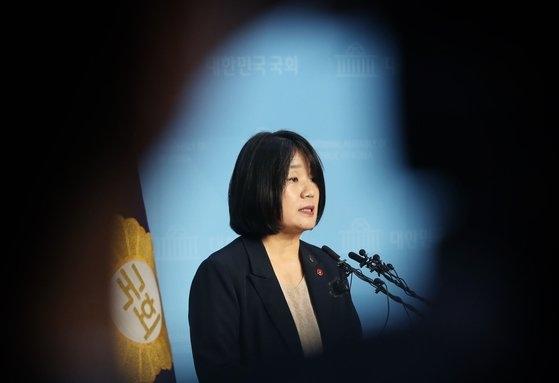与党「共に民主党」の尹美香議員が5月29日、国会疎通館でこれまでの疑惑について説明している。[中央フォト]