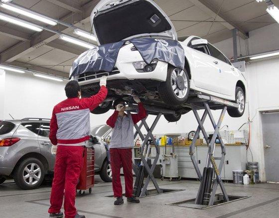 韓国日産のサービスセンター職員が車両を点検している。
