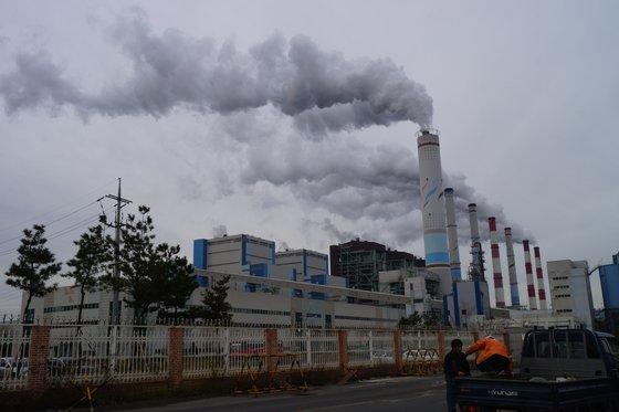 忠清南道(チュンチョンナムド)の石炭火力発電所 [中央フォト]