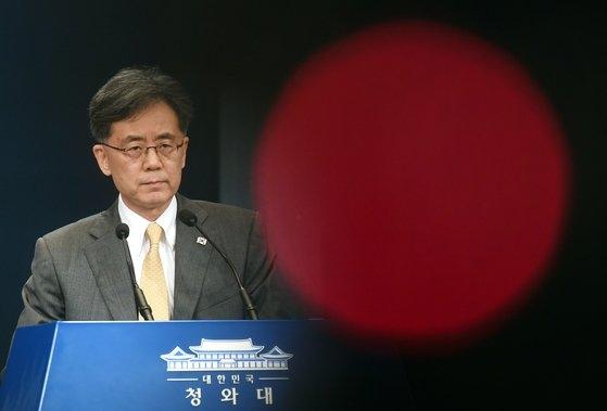 金鉉宗(キム・ヒョンジョン)青瓦台国家安保室第2次長が昨年8月28日、青瓦台で日本の韓国に対する経済報復措置「ホワイトリスト排除」に対する立場を明らかにしている。[写真 青瓦台写真記者団]