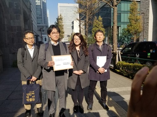 徴用判決原告側代理人が2018年12月、東京新日鉄住金本社を訪問して「賠償に向けた協議に応じよ」という要請書を伝えた。
