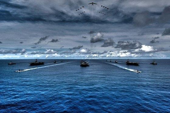 2007年8月に太平洋一帯で実施されたバリアント・シールド演習で訓練中の米空母「キティホーク」「ニミッツ」「ステニス」。[写真 米海軍第7艦隊提供]