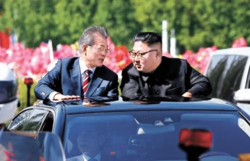 文在寅大統領と金正恩北朝鮮国務委員長が昨年9月、オープンカーに乗って平壌順安空港で百花園招待所までカーパレードをしている。最近、文大統領を狙った北朝鮮の韓国への誹謗が強まり、南北首脳の間にどのような内部事情があったのか注目が集まっている。[中央フォト]