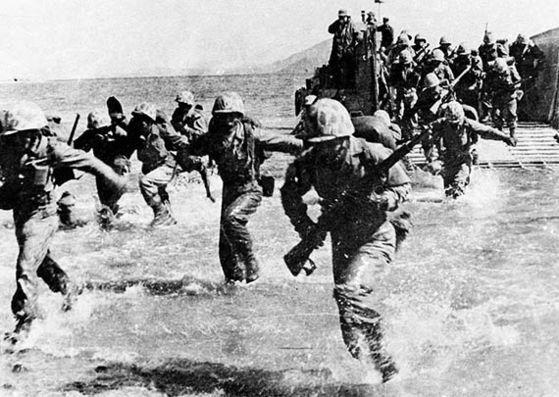 1950年9月15日、米軍と韓国軍を主軸とする国連軍が仁川(インチョン)に上陸した。ダグラス・マッカーサー将軍が主導した仁川上陸作戦から2週間でソウル奪還に成功した。韓国戦争以降、韓米同盟は北朝鮮の戦争挑発を抑止する確実な抑止策の役割をした。[中央フォト]