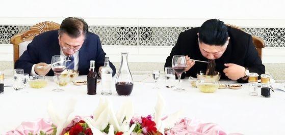 2018年9月19日に訪朝した文在寅(ムン・ジェイン)大統領が平壌(ピョンヤン)玉流館(オクリュクァン)で金正恩(キム・ジョンウン)国務委員長と食事をしている。最近、北朝鮮が脱北者団体の対北朝鮮ビラを口実に対南非難を強化する中、当時平壌冷麺を作った料理長までも対南非難に加わった。[写真=平壌写真共同取材団]