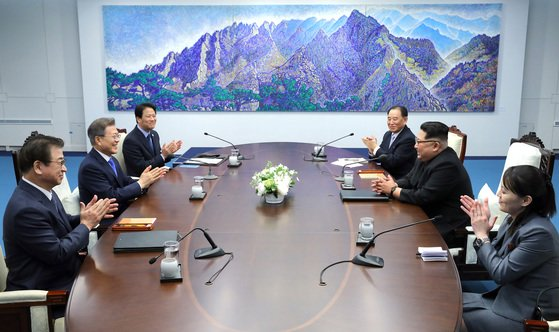 韓国の文在寅大統領(左中央)と北朝鮮の金正恩国務委員長(右中央)が板門店平和の家2階会談場で南北首脳会談を行っている。[中央フォト]