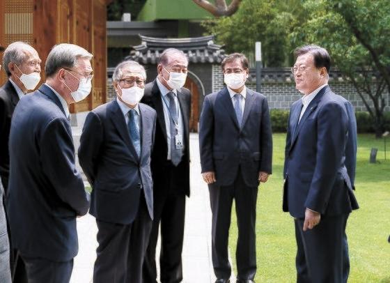 文在寅大統領が17日、歴代政府の外交安保分野の元老を青瓦台常春斎(サンチュンジェ)に招いて昼間12時から午後2時まで午餐会を開いた。最近急激に悪化した南北関係がテーマだった。文大統領がこの日、朴在圭(パク・ジェギュ)・李鍾ソク(イ・ジョンソク)・丁世鉉(チョン・セヒョン)元統一部長官、文正仁(ムン・ジョンイン)大統領統一外交安保特別補佐官、徐薫(ソ・フン)国家情報院長(左から)と対話している。[写真 青瓦台]