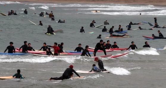 14日の休日、南部地方に雨と同時に強風が吹き、多くのサーフィン愛好家が釜山海雲台区(プサン・ヘウンデグ)の松亭(ソンジョン)海水浴場を訪れ、サーフィンをしながら暑さを凌いでいる。ソン・ボングン記者