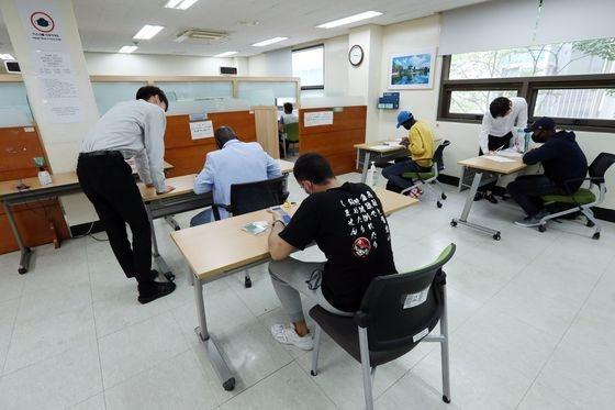 ある難民申請人が10日、ソウル木洞のソウル出入国・外国人庁で通訳の助けを借りて難民申込書を作成している。キム・ソンニョン記者