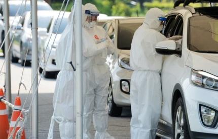 新型コロナウイルス感染者が最近大田で相次ぎ発生し防疫当局が緊張する中、19日午後に大田市儒城区の保健所ドライブスルー選別診療所で医療陣が防護服とマスクなどの装備を着用し市民の感染検査を実施している。キム・ソンテ