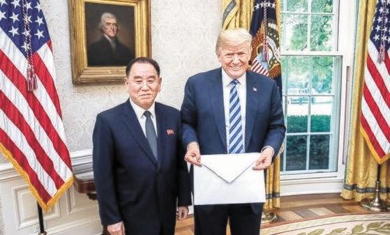 2018年6月1日、北朝鮮労働党の金英哲副委員長がホワイトハウスを訪問してトランプ大統領に金正恩委員長の親書を伝える姿。[中央フォト]