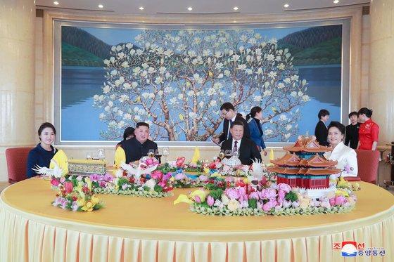 昨年1月9日、北京飯店で会った北朝鮮の金正恩(キム・ジョンウン)国務委員長夫妻と中国の習近平国家主席夫婦。[中央フォト]