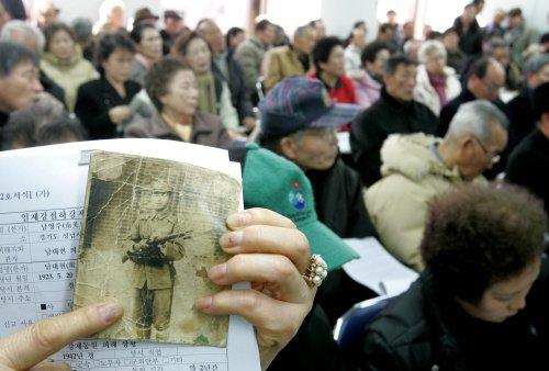 2005年に設置された日帝強占下強制動員被害真相糾明委員会で、強制動員被害受付が始まり、被害当事者や遺族が座って順番を待っている様子。チェ・スンシク記者