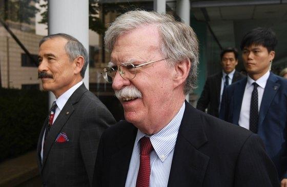 昨年7月24日午後、当時のボルトン国家安保補佐官がソウル鍾路区の外交部庁舎で康京和(カン・ギョンファ)外交部長官と会談するために移動中、庁舎の前で市民団体「開かれた平和と統一を開く人たち」の「ジョン・ボルトン訪韓抗議」集会を見ている。左はハリス駐韓米国大使。ビョン・ソング記者