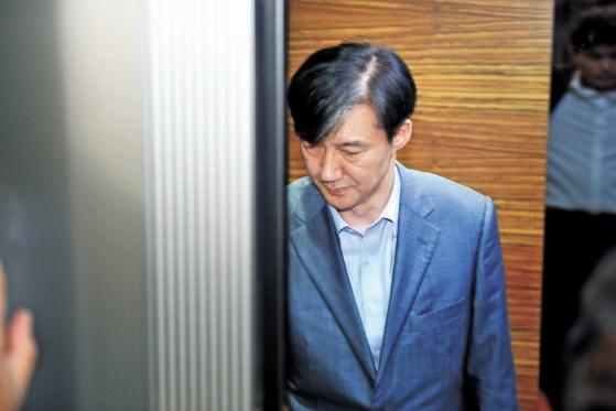 昨年8月27日午後、チョ・グク当時法務部長官候補者が人事聴聞会準備団事務室が用意されたソウル鍾路区(チョンノグ)チョクソン現代ビルに出勤している。イム・ヒョンドン記者