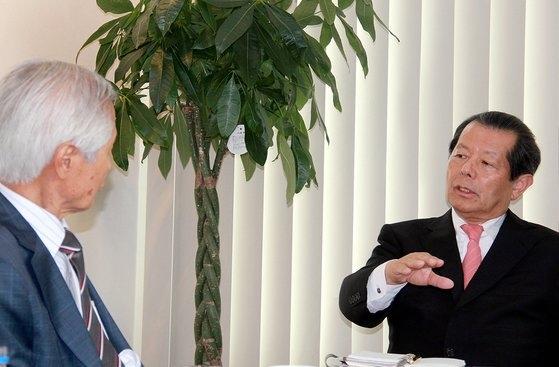 2014年、金永熙(キム・ヨンヒ)中央日報論説委員(逝去)と対談している船橋洋一氏。[中央フォト]