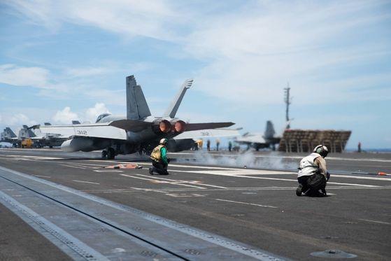 米国海軍の原子力空母艦「ロナルド・レーガン」(CVN 76)の甲板からF/A-18Fスーパーホーネット戦闘機が離陸しようとしている。同艦は28日からフィリピン海で空母「ニミッツ」(CVN 68)と合同訓練を行っている。[写真 米国海軍]