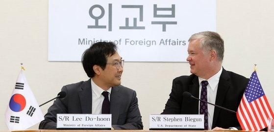 李度勲外交部韓半島平和交渉本部長(左)とスティーブン・ビーガン米国務省対北朝鮮政策特別代表が昨年5月、ソウル外交部庁舎で開かれた「非核化・南北関係ワーキンググループ会議」に先立って話を交わしている。[写真 共同取材団]