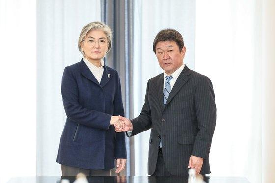 今年2月のミュンヘン安保会議に出席した韓国の康京和(カン・ギョンファ)外交部長官(左)が、日本の茂木敏充外相(右)と韓日外相会談に先立ち握手をしている。[写真 韓国外交部]