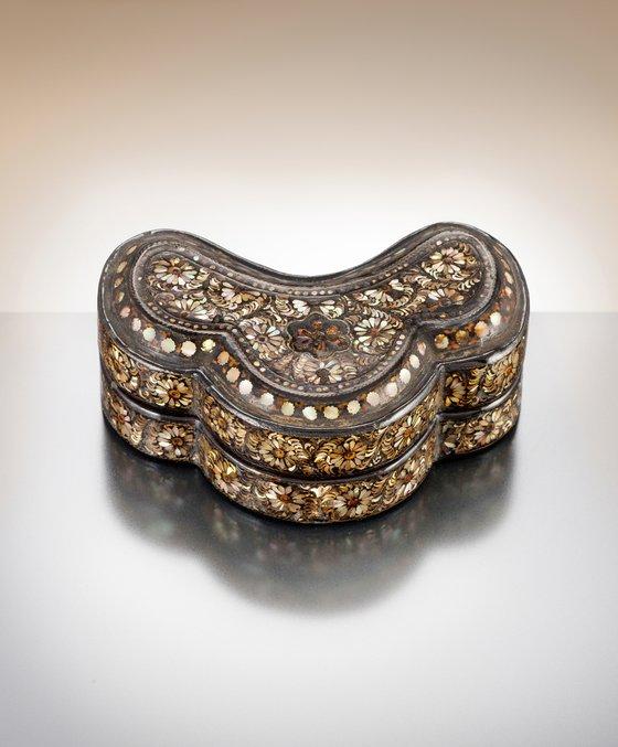12世紀に製作され、完全な形では世界に3点しかないと伝えられている高麗螺鈿箱のうち、日本にあった1点が韓国に戻り、2日にソウル国立古宮博物館で公開された。[写真 韓国文化財庁]