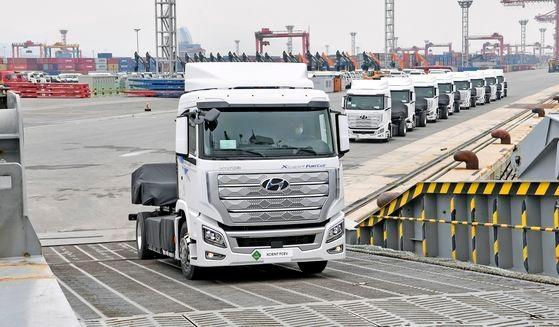 全羅南道光陽市の光陽港で、世界に先駆けて量産した「エクシエント水素電気トラック」10台をスイスに輸出するために自動車運搬船「GLOVIS SUPERIOR」に船積みしている。[写真 現代車]