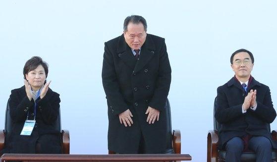 2018年12月に北朝鮮開城市の板門駅で南北東西海線鉄道・道路連結と近代化事業着工式が開かれた。李善権祖国平和統一委員長(中央)があいさつしている。左から金賢美国土交通部長官、李委員長、趙明均統一部長官。[写真 共同取材団]
