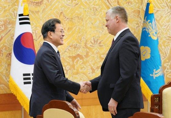 昨年12月16日、文在寅大統領が青瓦台で訪韓したスティーブ・ビーガン米国務副長官兼対北朝鮮特別代表と握手している。[写真 青瓦台写真記者団]