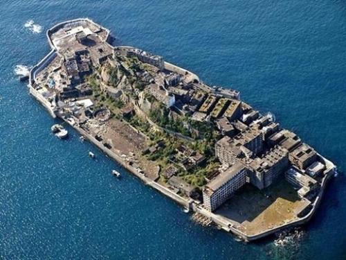 長崎港の近海に位置した軍艦島(端島)[写真 中央フォト]