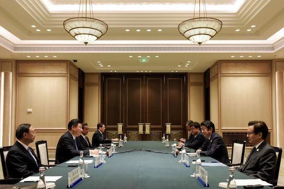 日中関係が冷え込んでいた2016年9月、杭州主要20カ国(G20)首脳会談を契機に開かれた日中首脳会談場の様子。会談場のテーブルには両国の国旗すらなくミネラルウォーターだけ置かれている。[中央フォト]