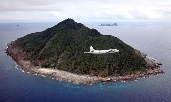 中国・日本・台湾が自国の領土と主張する尖閣諸島(中国名・釣魚島)を日本の海上自衛隊所属のP-3C哨戒機が飛行している。[中央フォト]