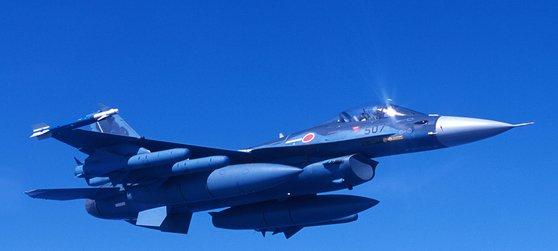日本政府が航空自衛隊の主力戦闘機F2の後続となる次世代戦闘機を開発する。写真は飛行中のF2戦闘機。[写真 航空自衛隊]