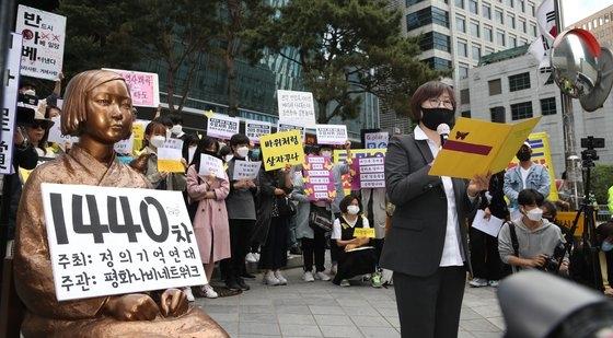 5月20日午後、ソウル鍾路区(チョンノグ)の旧日本大使館前で開かれた第1440回旧日本軍「慰安婦」問題解決のための水曜集会で、イ・ナヨン理事長がコメントを発表している。ウ・サンジョ記者