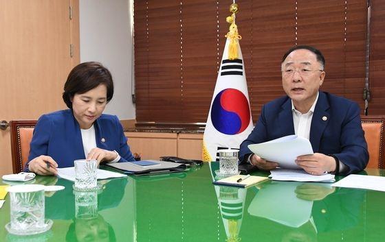 洪楠基経済副首相兼企画財政部長官(右)が8日に政府ソウル庁舎で関係閣僚会議を開き、「韓国版ニューディール総合計画」に関し議論している。[写真 企画財政部]
