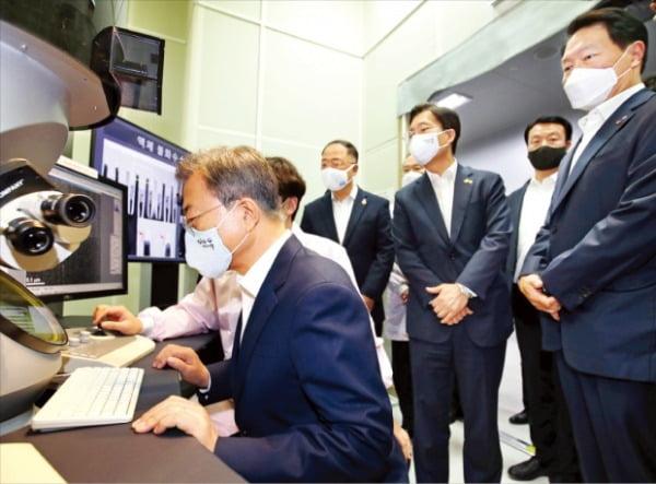 文在寅大統領が9日、SKハイニックス利川(イチョン)キャンパスを訪問した。電子顕微鏡でフッ化水素による洗浄状態を確認している。