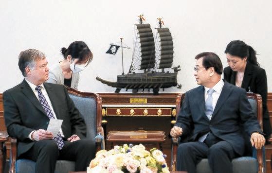 徐薫(ソ・フン)国家安保室長(右)が9日、青瓦台でビーガン米務副長官兼北朝鮮政策特別代表に会っている。ビーガン代表は前日、北朝鮮の崔善姫(チェ・ソンヒ)第1外務次官を強く批判した。[写真 青瓦台]