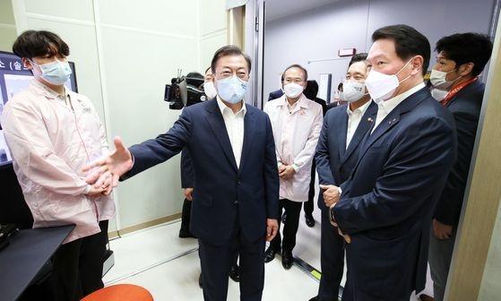 9日午前、京畿道SKハイニックス利川(イチョン)キャンパスを訪問した文在寅大統領。[写真 青瓦台写真記者団]