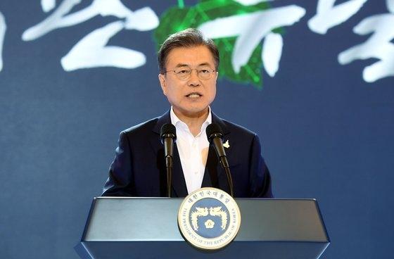 14日、青瓦台迎賓館で開かれた韓国版ニューディール国民報告大会(第7回非常経済会議)で演説する文在寅大統領。 [青瓦台写真記者団]