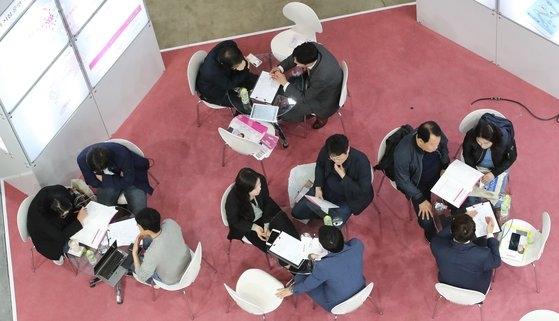 昨年4月に釜山展示コンベンションセンター(BEXCO)で開かれた釜山創業博覧会。創業準備生が高齢者昼間ケアセンターのブースで相談している。ソン・ボングン記者