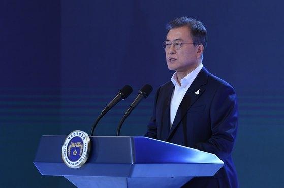 文在寅大統領が14日午後、青瓦台迎賓館で開かれた韓国版ニューディール国民報告大会で冒頭発言をしている。[写真 青瓦台写真記者団]