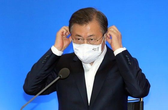 文在寅大統領が21日午前、ソウル三成洞の貿易協会で開かれた「危機克服のための主要産業界懇談会」に出席し、冒頭発言を終えた後、マスクを着用している。[青瓦台写真記者団]