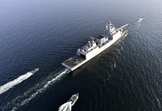 韓国海軍の4400トン級駆逐艦が、リンクス海上作戦ヘリコプターと高速短艇の護衛の中で航海している。 [写真=海軍]
