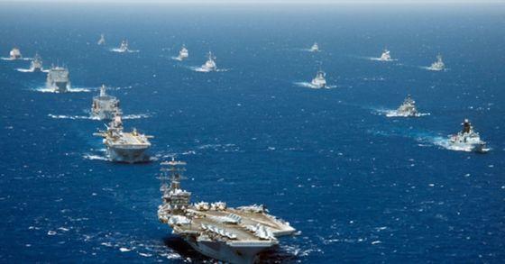 2012年のリムパックに参加した艦艇が米ハワイ沖で機動訓練をしている。当時の演習には太平洋沿岸22カ国の水上艦89隻が参加した。[海軍提供]