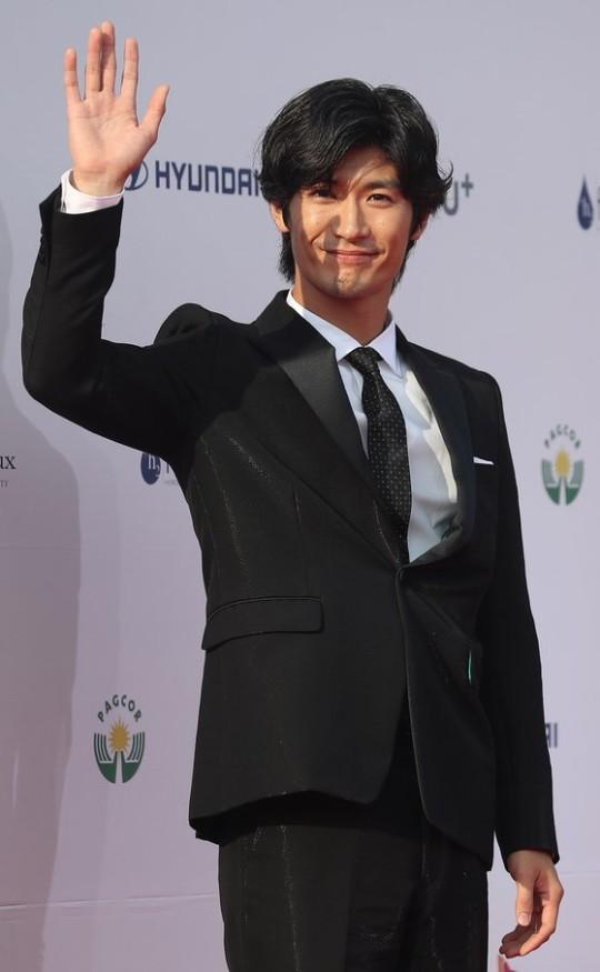俳優の三浦春馬さんが2019年8月28日午後、ソウル東大門区回基洞(トンデムング・フェギドン)の慶煕(キョンヒ)大学「平和の殿堂」で開かれた「ソウルドラマアワード2019」のレッドカーペットイベントに参加してフォトタイムに応じている。パク・セワン記者